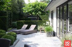 Moderne tuinontwerpen met loungestoelen