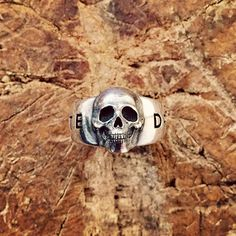 Drop The Hate. Saman voisi kaivertaa monen muunkin sormukseen. Tilaustyö Stefan Lindforsille. 🇬🇧 Drop The Hate. This could be engraved to many other rings as well. #unioninkatu #ozjewel #rockandroll #dropthehate #ring #skullring #sormus #pääkallosormus