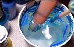 FABULEUX! Cette jeune femme a découvert une astuce incroyable pour créer quelque chose de très étonnant avec ses ongles en quelques secondes seulement! La technique est vraiment simple, il faut un bocal d'eau (utilisé de l'eau filtré et de température pièce) et des coloris de vernis à ongles qu'on adore. On met une goutte de...