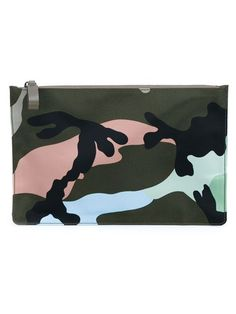 Compre Valentino Garavani Clutch camuflada em Browns from the world's best independent boutiques at farfetch.com. Shop 300 boutiques at one address.