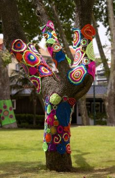Yarn Bombing at Eastland Shopping Centre ༺✿ƬⱤღ https://www.pinterest.com/teretegui/✿༻