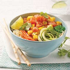 Poke bowl au saumon, mangue et vermicelles de riz - Les recettes de Caty Sushi Recipes, Asian Recipes, Healthy Recipes, Easy Recipes, Poke Recipe, Fresco, Quinoa, Food Tasting, No Cook Meals