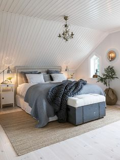 Ideas and inspiration Room Ideas Bedroom, Bedroom Inspo, New England Bedroom, Beddinge, London Apartment, Attic Spaces, Diy Bed, Scandinavian Home, Room Inspiration