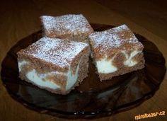 Výborná rychlovka - kakaová buchta s tvarohem Kakaové těsto: 1 hrnek hlad mouky 1 hrnek hrub mouky 1 hrnek cukru krupice 1 hrnek mléka 3/4 hrnku oleje 1 prdopeč 1 vanil cukr 2 vejce 3 PLkakaa Tvarohová náplň: 2 tvarohy 1 hrnek cukru krup 1 hrnek mléka 1 vanil puding (prášek) 1 vanil cukr 2 vejceť Zpracujeme suroviny na kakao a tvaroh část zvlášť, z kakaové hrnek stranou Do pekáče nalijeme větší část kakao těsta, na něj nalijeme tvaroh část a navrch pocákáme zbytkem Czech Desserts, Czech Recipes, Sweets Cake, Healthy Diet Recipes, How Sweet Eats, Desert Recipes, Sweet Recipes, Cookie Recipes, Delish