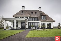 Hous Luxe Woningen - Luxe Villa in Arcen - Hoog ■ Exclusieve woon- en tuin ins. - Hous Luxe Woningen – Luxe Villa in Arcen – Hoog ■ Exclusieve woon- en tuin inspiratie. Future House, Villas, Different House Styles, Thatched House, Mansions Homes, Dream House Exterior, Toscana, House Goals, Home Fashion