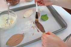 amb un pinzell cobrim de xocolata la part rugosa de la fulla