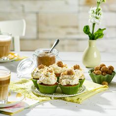 Leckere Giotto®-Cupcakes, die perfekt zur Kaffeezeit am Nachmittag passen oder auch zu jeder Party als süßer Snack. Bourbon Vanille, Ober Und Unterhitze, Mini Cupcakes, Table Decorations, Party, Desserts, Food, Giotto, Cupcake Recipes