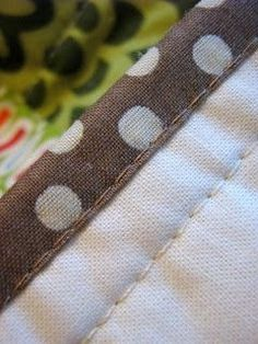 How to bind a quilt using the sewing machine. Very good tutorial.