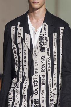 Mode japonaise hommes : Yohji Yamamoto, SS 2018, bandes, écriture, 2010s