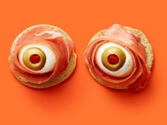 25 Halloween Snacks That Are Almost Too Spooky to Eat – Roxy Marchan 25 Halloween Snacks That Are Almost Too Spooky to Eat food network antipasto eyeballs Halloween Snacks, Humour Halloween, Yeux Halloween, Comida De Halloween Ideas, Halloween Fingerfood, Scary Halloween Food, Halloween Pizza, Hallowen Food, Spooky Food