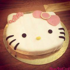 Easy Kitty Cake … im Video {Birthday Girl Cake} – Rose & Cook – gateaux - Kuchen Gateau Hello Kitty, Hello Kitty Cake, Cake Decorating For Kids, Cake Decorating For Beginners, Bithday Cake, Birthday Cake Girls, Birthday Kitty, Fondant Cakes, Cupcake Cakes