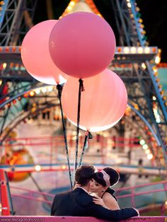 pink balloons in Paris by Eiffel Tower - now someone book me for a Paris engagement/wedding!!