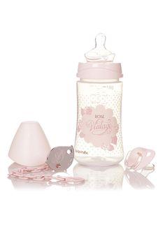 Suavinex cadeauset met fles, speen en bevestigingsketting. De fles heeft een inhoud van maximaal 270 milliliter en is afgewerkt met een decoratieve print. De set wordt geleverd met een roze speen met roze bevestigingskettinkje. Deze Suavinex set is geschikt voor baby's van 0 tot 6 maanden.