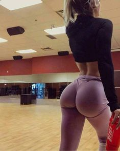 """Comment """"PEACH"""" letter by letter if you like girls who squat!👇🏽😋 Tag/Share this with a 🍑 lover Mode Girls Who Squat, Legging Sport, Best Weight Loss Program, Fit Girl Motivation, Diet Motivation, Stubborn Belly Fat, Sexy Girl, Catwoman, Moda Masculina"""