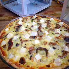 Hämmentäjä: Sieni-päärynäpiirakka. Mushroom pie with pears and feta cheese.
