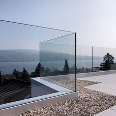 29 The Most Picture Rooftop Deck Railing Ideas to View from The Top Rooftop wood patio as well as glass railing optimize the sight bordering this modern house Balcony Glass Design, Glass Balcony Railing, Patio Railing, Balcony Grill, Balcony Railing Design, Wood Patio, Railing Ideas, Glass Handrail, Glass Balustrade