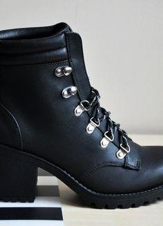 Kup mój przedmiot na #vintedpl http://www.vinted.pl/damskie-obuwie/botki/16927201-czarne-botki-wiazane-na-obcasie