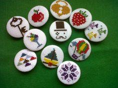 chapas punto de cruz de Subidú Tiny Cross Stitch, Cross Stitch Boards, Cross Stitch Alphabet, Cross Stitching, Cross Stitch Embroidery, Cross Stitch Patterns, Blackwork, Hama Bead, Crochet