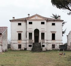 Villa Forni - What would it look like with square windows on the upper floor? Andrea Palladio, Mansions Homes, Abandoned Mansions, Classical Architecture, Architecture Design, Grey Houses, Urban Setting, Facade Design, Country Estate