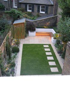 Moderne, onderhouds- & kindvriendelijke lay-out kleine tuin met kunstgras, 2 terrassen, borders (& trampoline & buitenkeuken