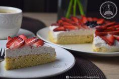 Jemný mandľový koláč s banánovým krémom a jahodami (bez múky