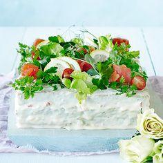 Voileipäkakku kuuluu suomalaiseen juhlapöytään. Tämä voileipäkakku on täytetty lohella, kananmunalla ja kurkkusalaatilla.