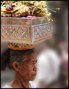 Bali Photo of the Day ~ Woman with Offerings http://balifloatingleaf.com/bali-photo-woman-offerings/