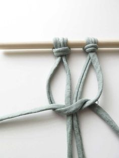 DIY: Make your own macramé tapestry - Stek Woon & Lifestyle Magazine - Step 2 tapestry macrame - Macrame Owl, Hippie Lifestyle, Loom Knitting, Business Fashion, Clothes Hanger, Free Pattern, Create Your Own, Diys, Weaving
