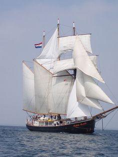Nom du bateau : Hendrika Bartelds \\  Type de bateau : Goélette à trois-mâts Nationnalité : Allemande \\  Le Hendrika Bartelds est une goélette à trois mâts à coque acier construit en 1917 au Pays-Bas Il navigue désormais en voilier-charter en mer du Nord et mer Baltique.