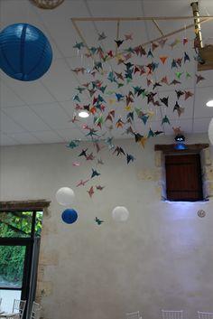 #Origami#Oiseaux#Mariage Réalisation d'un envol d'oiseau pour la décoration de salle pour notre mariage. 105 oiseaux accrochés avec du fil de pêche et une structure en bois pour faciliter le déplacement et l'accroche dans la salle.