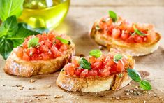 tasty savory tomato italian appetizers or bruschetta on slices of toasted baguette garnished with basil close up on a wooden board Bruchetta, Bruschetta Recept, Italian Appetizers, Italian Antipasto, Ciabatta, Spanish Food, Pain, Brunch, Food And Drink