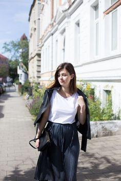 The Casual Issue | Sommeroutfit mit Plissee Rock, weißem T-Shirt von Acne, Celine Trio Bag und Adidas Gazelle Sneaker Alle Details findet ihr auf dem Blog: http://thecasualissue.com/outfit-plissee-rock/