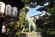 Kitsune, fox guardian statue, Manzokuinarijinja, Kyoto