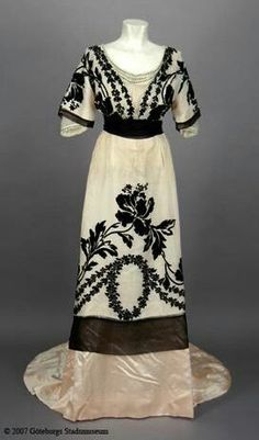 Robe de soirée, ca.1910s, I ADORE and would like to copy, in some fashion, he oval/swag motif on the skirt of the dress...