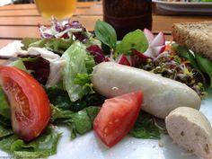 Hamburger Weißwurst - eine der Spezialitäten in der Oberhafenkantine. Mehr auf:  Vor der Kamera   Die Welt von @kurzundknapp