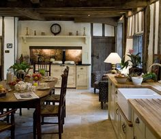 This English cottage style kitchen goes with wooden furniture and traditional de. - This English cottage style kitchen goes with wooden furniture and traditional decorations that look - English Country Kitchens, English Cottage Style, English Country Decor, French Country, English Cottages, Kitchen Country, English Country Houses, English House, English Cottage Decorating