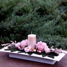 Vánoční+svícen+s+lososovými+růžemi+na+misce+Vánoční+svícensperleťovou+lososovousvící,+ozdobenoumetalickou+síťovou+stuhou+a+hedvábnými+růžemi+ve+stejném+odstínu,+dozdobené+minipivoňkami,+bobulemi+a+vánočními+kouličkami+ve+stejném+odstínunabílé+lesklé+plastové+miscena+slavnostní+stůl.+Tato+něžná+dekorace+rozzáří+každý+interiér.+Celkové... Floral Centerpieces, Flower Arrangements, Flower Decorations, Table Decorations, Calla Lily, Pillar Candles, Advent, Table Settings, Gift Wrapping