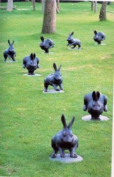 Yabuuchi Satoshi é um escultor japonês que fez inúmero coelhos em bronze . 12 Bunnies .