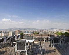 En AC Hotel Barcelona Forum se encuentra una de las terrazas más espectaculares de Barcelona. Situada en la planta 13, ofrece unas impresionantes vistas panorámicas al mar y a Barcelona. Se trata de una refrescante terraza con piscina al aire libre donde se puede disfrutar de la sabrosa y saludable carta del Bar Natura: con sándwiches, ensaladas, zumos y platos para compartir.