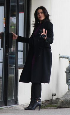 Lana Parrilla on set - 24 February Regina Mills, Outlaw Queen, Emilie De Ravin, Swan Queen, Ouat, On Set, Once Upon A Time, Favorite Tv Shows, Normcore