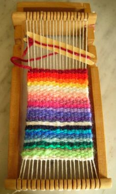 I like this little loom. Crochet Wool, Tapestry Crochet, Tapestry Weaving, Loom Weaving, Types Of Weaving, String Crafts, Textiles, Woven Wall Hanging, Craft Materials