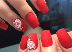 manucure originale, vernis rouge mat, décoration rose, ongles longs