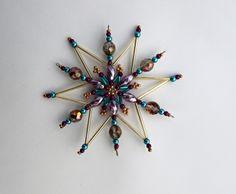 Vánoční hvězda z korálků Vánoční hvězdička z korálků a perliček na pevné drátěné konstrukci , velikost 10 cm v barvách zlatá fialová tyrkysová