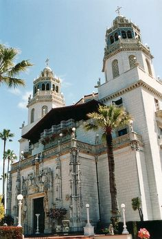 Hearst Castle - San Simeon, California makes for an interesting day on a Coastal California road trip. San Simeon California, California Dreamin', Northern California, Oh The Places You'll Go, Places To Travel, West Usa, Lac Tahoe, Wonderful Places, Beautiful Places