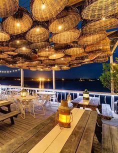 restaurant decor Forget the interiors, these serene restaurants offer chic outdoor seating with magnificent views. Outdoor Restaurant Patio, Deco Restaurant, Restaurant Seating, Waterfront Restaurant, Restaurant Lighting, Outdoor Cafe, Restaurant Offers, Outdoor Seating, Restaurant Ideas