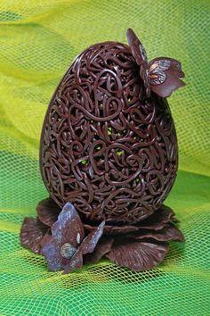 oeufs de Pâques au chocolat avec des papillons