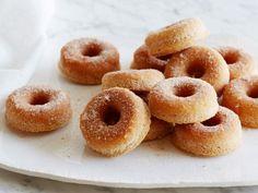 Get Ina Garten& Cinnamon Baked Doughnuts Recipe from Food Network Baked Doughnut Recipes, Baked Doughnuts, Cinnamon Donuts, Best Breakfast Recipes, Breakfast Dishes, Brunch Recipes, Breakfast Ideas, Food Network Recipes, Cooking Recipes