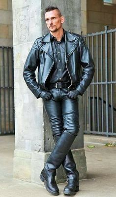 Men's Leather Jackets: How To Choose The One For You. A leather coat is a must for each guy's closet and is likewise an excellent method to express his individual design. Leather jackets never head out of styl Tight Leather Pants, Leather Jeans, Biker Leather, Leather Jackets, Fashion Moda, Mens Fashion, Fashion Wear, Moda Rock, Hommes Sexy
