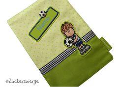 Jedes U-Heft verdient eine würdige Verpackung!  - Hülle in hellgrün-getupft mit gesticktem Fussballspieler, blau kariertem Band und Namensschild ...