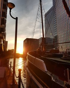 Find the right moment to do the right thing! #london #canarywharf #boat #lamp #sun #sunset #sky #skyscraper #amazing #amazingview #relax #bestoftheday #picoftheday #pointofview by ven_tris